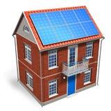 Casa com as baterias solares no telhado Imagem de Stock