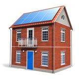 Casa com as baterias solares no telhado Imagens de Stock