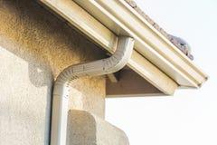 Casa com as calhas de alumínio sem emenda novas da chuva foto de stock