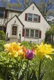 Casa com as flores no jardim dianteiro imagem de stock royalty free