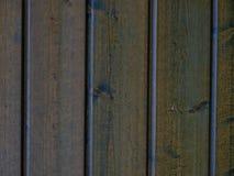 Casa com as paredes de madeira novas do pinho do cedro fotografia de stock