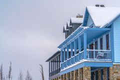 Casa com balcão e patamar visto no inverno fotos de stock royalty free