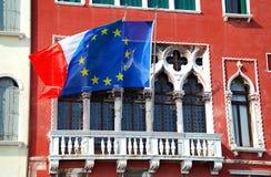Casa com bandeiras. imagens de stock