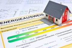 Casa com certificado de poupança de energia Fotografia de Stock Royalty Free