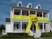 Casa com curva amarela Fotografia de Stock