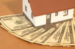 Casa com dólares Foto de Stock Royalty Free