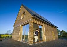 Casa com exterior de madeira Imagens de Stock Royalty Free
