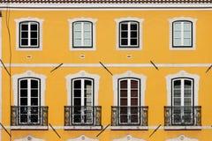 Casa com fachada amarela Imagens de Stock Royalty Free