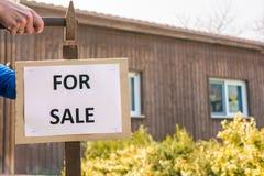 A casa com fachada de madeira deve ser vendida imagens de stock