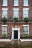 Casa com fachada e entrada do tijolo Fotos de Stock Royalty Free
