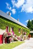Casa com flores Imagens de Stock Royalty Free