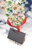Casa com funil e dinheiro Fotos de Stock Royalty Free