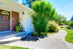 Casa com guarnição da parede de tijolo Vista do patamar e da passagem da entrada Fotos de Stock