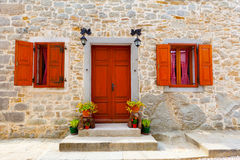 Casa com indicadores e a porta de madeira, Imagens de Stock Royalty Free