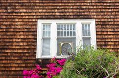 Casa com janela e as flores de madeira imagens de stock