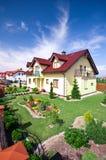 Casa com jarda ajardinada Fotos de Stock Royalty Free