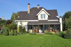 Casa com jardim Foto de Stock