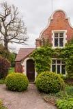 Casa com jardim Fotografia de Stock Royalty Free
