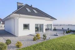 Casa com jardim Fotos de Stock