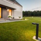 Casa com jardim imagem de stock royalty free
