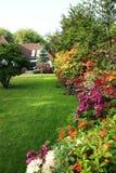 Casa com jardim de flor Fotos de Stock Royalty Free