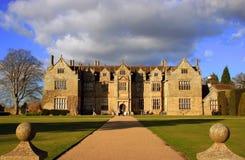 Casa com jardins Fotografia de Stock Royalty Free