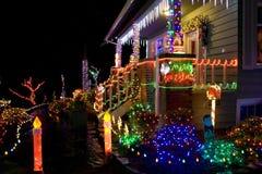 Casa com luzes de Natal fotografia de stock royalty free