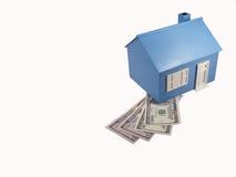 Casa com moeda Imagens de Stock Royalty Free