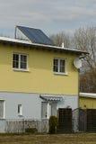 Casa com o calefator de água solar fotografia de stock royalty free