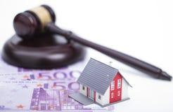 Casa com o martelo do dinheiro e do juiz Imagens de Stock Royalty Free