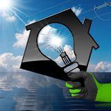 Casa com o painel solar e a linha elétrica de ampola Fotos de Stock Royalty Free