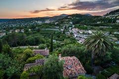 Casa com o telhado colorido entre árvores verdes Imagens de Stock Royalty Free