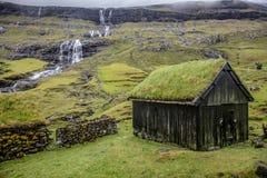 Casa com o telhado verde no saksun fotos de stock royalty free