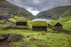 Casa com o telhado verde no saksun foto de stock royalty free