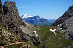 Casa com o telhado vermelho na paisagem bonita da montanha Fotografia de Stock Royalty Free