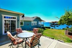 Casa com opinião dianteira da água Área do pátio Cidade do pomar do porto, WA Fotos de Stock Royalty Free
