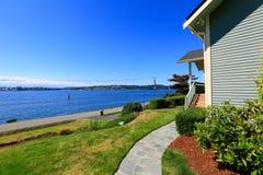 Casa com opinião dianteira da água Cidade do pomar do porto, WA Fotografia de Stock Royalty Free