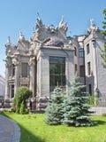 A casa com opinião lateral das quimeras Fotos de Stock Royalty Free