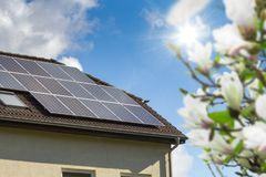 Casa com painéis solares Imagens de Stock