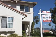Casa com 'para sinal da venda' Fotos de Stock