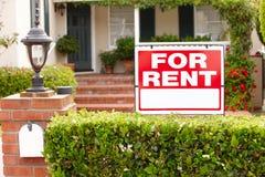 Casa com para sinal do aluguel imagem de stock royalty free