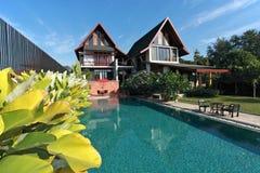 Casa com piscina Fotos de Stock Royalty Free