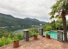 Casa com piscina, balcão imagens de stock royalty free