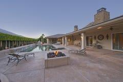 Casa com piscina no quintal foto de stock