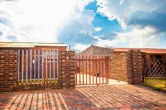 Casa com porta da entrada de automóveis, Soweto Fotos de Stock Royalty Free