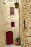 Casa com porta vermelha Foto de Stock Royalty Free