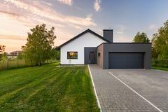 Casa com quintal e garagem fotos de stock royalty free