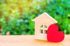 Casa com um coração vermelho Casa dos amantes Alojamento disponível para famílias novas Casa do dia do ` s do Valentim imagem de stock