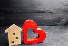 Casa com um coração vermelho Casa dos amantes Alojamento disponível para famílias novas Casa do dia do ` s do Valentim foto de stock royalty free
