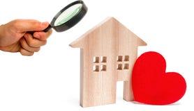 Casa com um coração vermelho em um fundo branco isolado Casa dos amantes Alojamento disponível para famílias novas Dia do `s do V fotos de stock royalty free